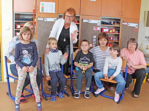 Na fotografii jsou žáci prvního ročníku Základní školy speciální a Praktické školy Jihlava. Uprostřed sředitelkou školy Zuzanou Šimkovou, dále jsou zde sdětmi také učitelky a asistentka.