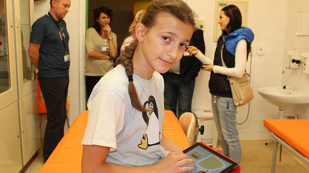Desetiletá Anna Zimenová, dcera primáře dětského oddělení Martina Zimena, ukázala, jak se nový tablet používá.
