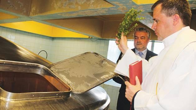 Přesně v deset hodin se v úterý v Pivovaru Jihlava začalo vařit nové pivo s názvem Perkmistr. Jméno dostalo na počest jihlavského havířského průvodu a také na počest 155. výročí Pivovaru Jihlava. Perkmistrovi požehnal otec Petr Božik.