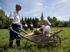 Při přípravě kalendáře pro rok 2014, věnovaného folklornímu souboru Podjavořičan, vznikla řada tematických fotografií. Na snímku k tématu letní senoseče s Janou Veškrnovou zapózoval Vlastislav Bártů.