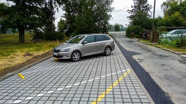 U hřiště vzniklo dvanáct nových parkovacích míst.