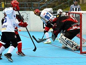Teprve druhou bodovou ztrátu zaznamenali jihlavští hokejbalisté (v bílém) na půdě Poličky, kde prohráli 3:4 po nájezdech.