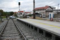 Zastávka u Kosteleckých uzenin má svou konkrétní podobu. Vlaky na ní budou stavět od poloviny prosince. Koleje vedou na kostelecké nádraží. Tam trať Kostelec – Slavonice končí. Cestující do Jihlavy musí přestoupit.