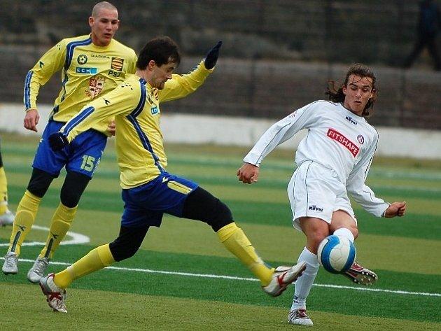 Fotbalisté Jihlavy (ve žlutém Jiří Gába s Jiřím Böhmem) sice na Slovensku zanechali dobrý dojem ze hry, ale výsledkově nepřesvědčili. S posledním týmem tamní nejvyšší soutěže prohráli 0:2.