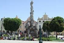Mariánský sloup v Telči vyhledávají turisté i jako místo k odpočinku.