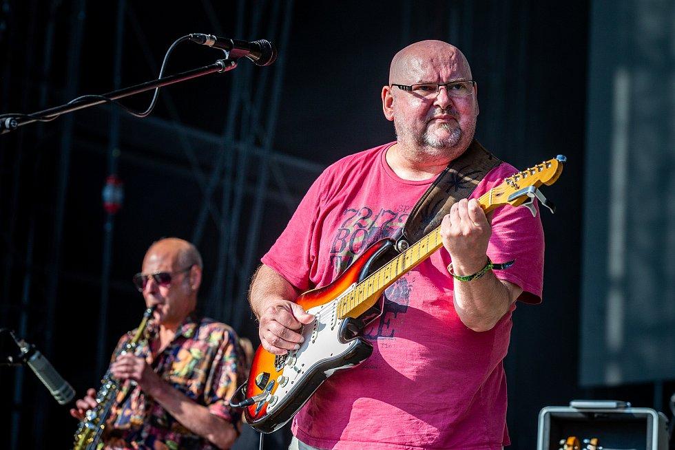 Na snímku skupina Buty, Milan Straka (dechové nástroje) a Radek Pastrňák (kytara, zpěv).