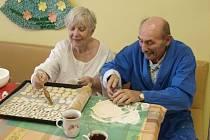 Karla Vintra a Helenu Martinovou pečení dobrot v rámci pracovní terapie na oddělení dlouhodobě nemocných jihlavské nemocnice baví. Oběma je 79 let.