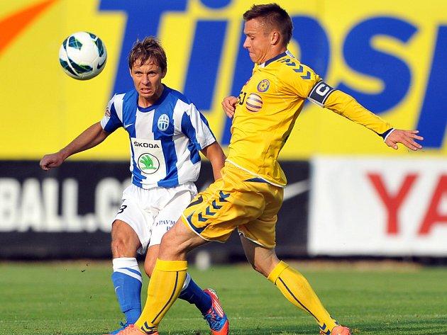 Jihlavský kapitán Stanislav Tecl (ve žlutém) se dvěma brankami výrazně podílel na prvním vítězství FC Vysočina v novém ročníku. V závěru zápasu dokonce mohl zkompletovat hattrick, nabídnutou šancí ale pohrdnul.