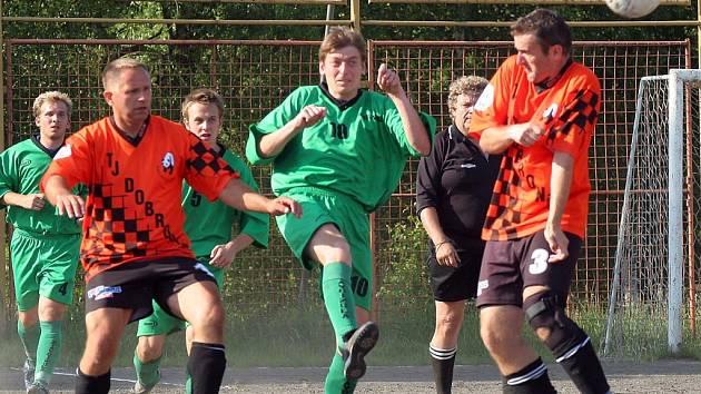Fotbalisté Bítovčic (číslo 10 Lukáš Sobotka) sice nejvyšší okresní soutěž na Jihlavsku ovládli, ale postupovou příčku do známé I. B třídy přenechali až čtvrtému Kostelci.