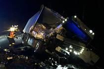 Nehoda nákladního vozu u Jitkova se neobešla bez zranění. Větší štěstí měli řidiči, kteří havarovali a zablokovali dálnici D1.
