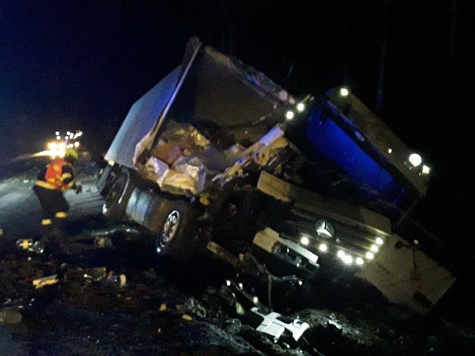 Nehoda nákladního vozu u Jitkova se neobešla bez zranění.