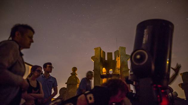 Astronomické pozorování pomocí velkých astronomických dalekohledů na Bráně Matky Boží v Jihlavě.