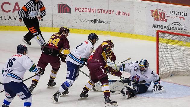 Jihlavští hokejisté (v tmavém) vyrazí ve středu na zápas do Ústí nad Labem. Cílem lídra jsou samozřejmě tři body.