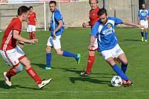 Fotbalisté Velkého Beranova (v modrém) přehráli na svém hřišti Nedvědici.