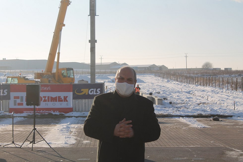 Ředitel české pobočky GLS Pavel Včela chvíli poté, co byl vztyčen první sloup nové haly.