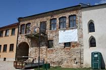 Rabínský dům (pohled zezadu) čekal na opravu léta. Omlácené zdi a zanedbaný vzhled ještě více vyniknou vedle nově opravené synagogy.