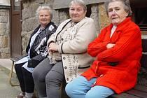 Dvě lavičky přede dveřmi a dvě lavičky u sušáku prádla seniorům v Jihlavě nepostačují.