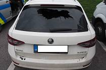 Řidič kamionu hodil na zadní část Superbu visací zámek. Ten poškodil sklo pátých dveří auta. Foto: PČR