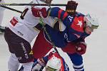 Hokejové derby rivalů z Vysočiny si Tomáš Havránek (v pádu) zahraje znovu. Tentokrát však obleče dres Dukly a svým bývalým spoluhráčům z Třebíče se postaví jako soupeř.