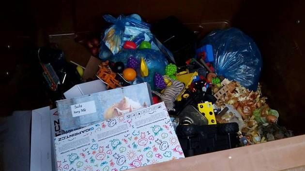 Znečištěné. Plastové hračky do nádoby na bioodpad nepatří. Lidé najdou přímo na nádobě, co mohou vyhodit.