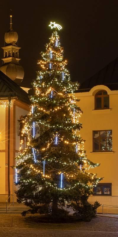 Vánoční strom ve Žďáře nad Sázavou.