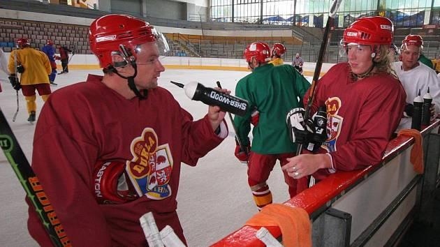 Jihlavští hokejisté (zleva v červených dresech Oldřich Bakus a Ladislav Rytnauer) zahájí druhou část přípravy na novou prvoligovou sezonu dnes dopoledne, na ledě se však poprvé představí až v pondělí.