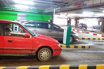 Nový systém. V prostoru vjezdu a výjezdu jsou nainstalované závory. Řidiči si při vjezdu vyzvednou lístek a parkovné zaplatí na jedné ze čtyř pokladen, které jsou přímo v obchodním centru.