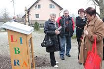 Něco na čtení. Lidé, kteří včera navštívili domov seniorů ve Ždírci, se mohli seznámit s novou knihobudkou.