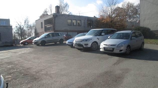 Parkoviště za třešťskou poliklinikou v současné době příliš nedostačuje. Řidiči zde parkují auta, jak se jim líbí. Město Třešť, které pozemky vlastní, chce v příštím roce udělat parkovací úpravy s vyznačením míst.