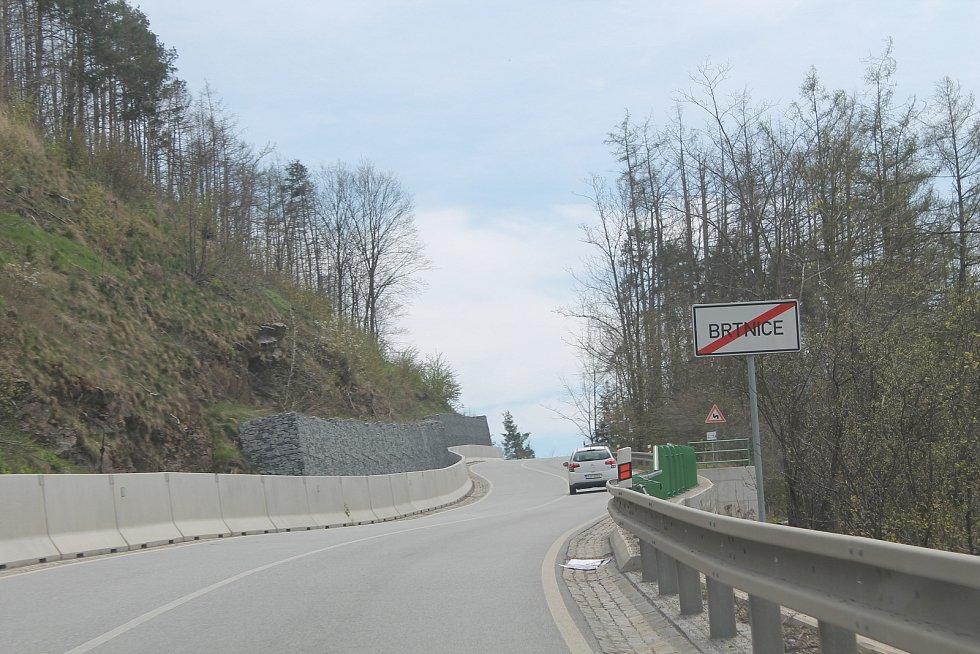 Na konci města směrem na Třebíč je nová silnice, výraznou opravou prošla v roce 2017.
