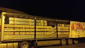 Tři muži riskovali život, cestovali na podvozku zahraničního návěsu
