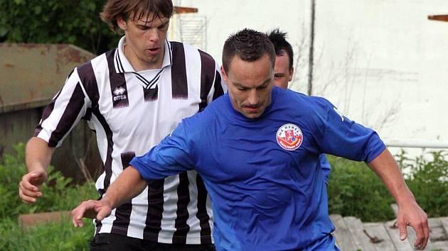 Prvoligoví hokejisté Jihlavy (vlevo Přemysl Duben) a Havlíčkova Brodu (Vladislav Kubeš) se utkali ve vzájemném souboji. Tentokrát ovšem vyměnili brusle za kopačky.