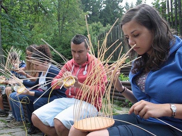 V sobotu pletli účastníci v rámci řemeslného workshopu košíky z pedigu. Monice (vlevo v modrém) i Juliovi (vedle v červeném) šlo pletení košíků pěkně od ruky.