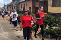 O víkendu, ihned druhý den po ničivém tornádu, se vydaly týmy pracovníků jihlavské Charity pomoci lidem, kteří na jižní Moravě pocítili sílu ničivého větrného živlu