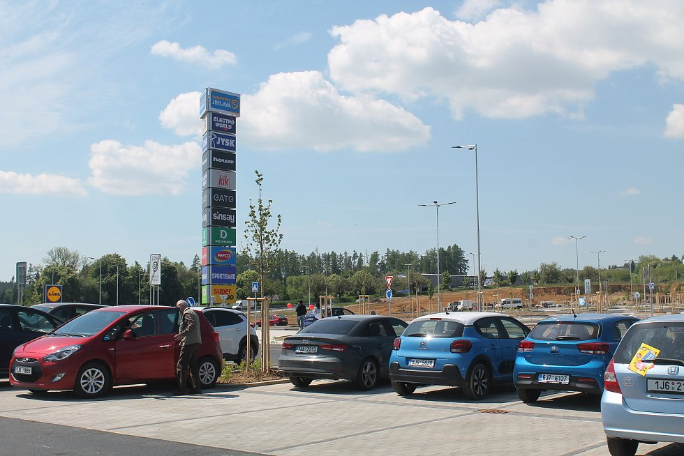 Třetího června se otevřela dlouho očekávaná nákupní zóna Shopping Jihlava. Zájem prvních nakupujících byl značný, řada obchodů pro  ně připravila otvírací slevy.