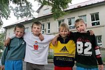 Končí. Petr Žižka (druhý zprava) bude po prázdninách už jezdit do Základní školy ve Skuhrově. Doufá jen, že nepřijde o staré kamarády. Základní škola v Sedletíně, na kterou byl zvyklý, se zavírá. Žáků ubývá a obec již její provoz nemohla utáhnout.