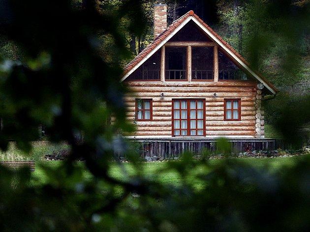 Lidé, kteří zaplatili Janu Hodinkovi zálohy na vlastní stylové bydlení, se nedočkali ani srubů, ani vrácení peněz. Ilustrační foto.