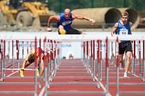 Petr Svoboda (uprostřed) po čtyřech letech vybojoval český titul. Do cíle 110 metrů překážek navíc doběhl ve výborném čase 13,50.
