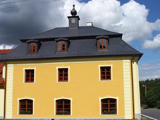 Bývalý velkostatek v osadě Rytířsko je zhruba z poloviny opraven.