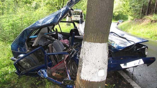 Těžkým zraněním skončila nehoda  Volkswagenu Golf mezi Dalečínem a Písečným na Žďársku.
