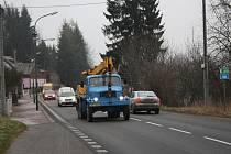 Čížovem denně projedou tisíce aut. Mnozí řidiči se tam neobtěžují dodržovat povolenou padesátku. U autobusové zastávky chybí přechod pro chodce.
