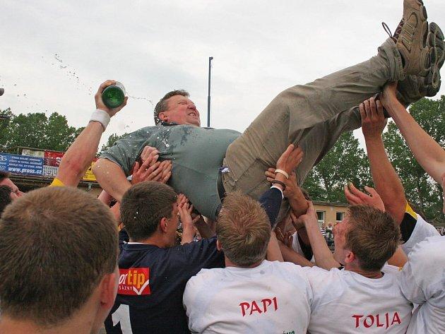 Po vítězném zápase s Humpolcem se havlíčkobrodští fotbalisté radovali z postupu do divize. Jejich oslavy předčasné nebyly.
