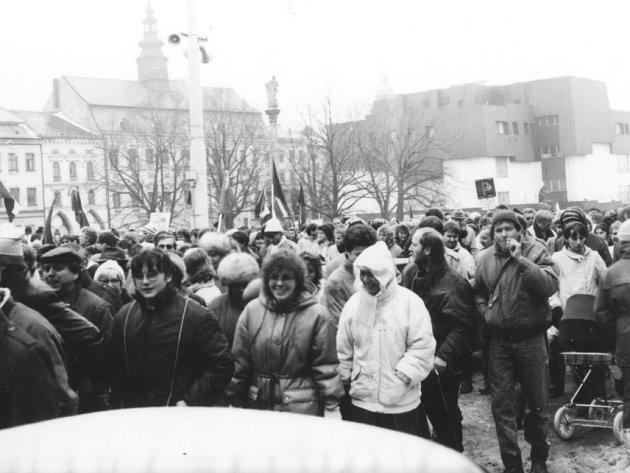 Generální stávka na náměstí Míru (dnešním Masarykově náměstí) v Jihlavě, která byla vyhlášena na 27. listopadu 1989. Podle reportáže z okresních novin Jiskra se jí zúčastnilo odhadem deset tisíc lidí.