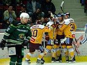 Hokejisté HC Energie (v zeleném) hostili Jihlavu. Radost hokejistů Dukly po brance Čermáka