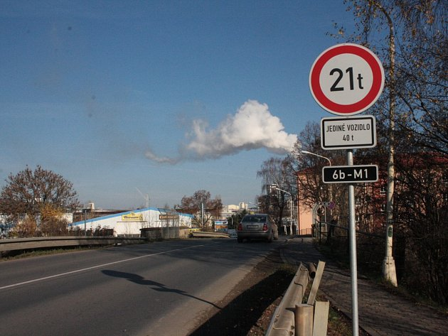 Po železničním mostu na Pávovské ulici je od loňského roku omezená kamionová doprava.
