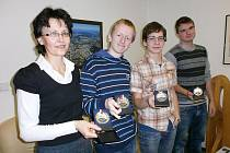 Učitelka Eva Hurychová, studenti Jakub Straka, Jan Palán a Adam Dvořák (zcela vpravo) si odvezli z dějepisné olympiády v Chebu stříbrné medaile.