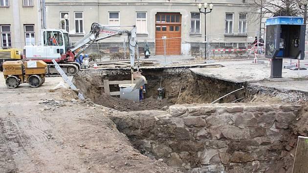 """Kolemjdoucí se s údivem zastavují u obrovské jámy v Palackého ulici v Jihlavě. Při rekonstrukci kanalizačního potrubí totiž došlo k odkrytí """"záhadné"""" zdi."""