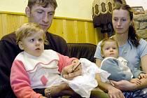 Pořádný šok prožili rodiče ročního Romana (vpravo) ze Svratky Roman Motyčák a Pavla Kubelková. V plíně syna nalezli deseticentimetrový hřebík.