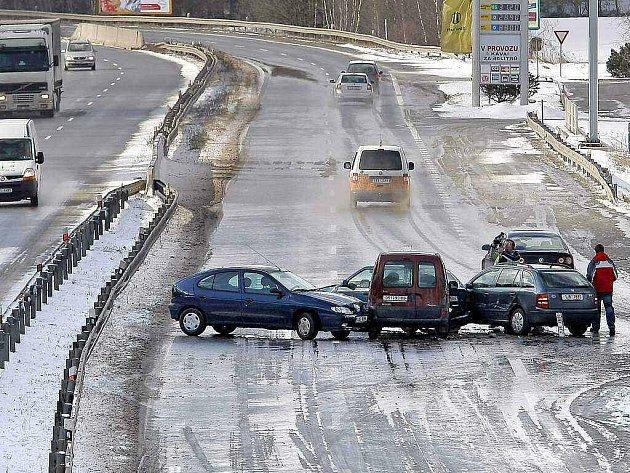 Silný vítr a sníh měly z neděle na pondělí na Vysočině na svědomí nejednu dopravní nehodu. Policisté museli vyjíždět k celkem jedenácti karambolům s jedním těžkým zraněním.
