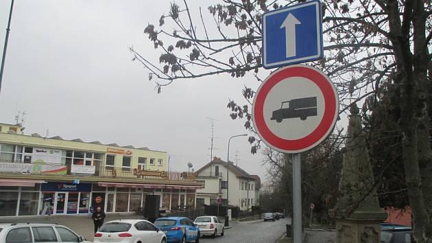 Zatím beze změn. Ulice Jiřího z Poděbrad v Jihlavě je jedna z těch, ve které přibude označení s tonáží.